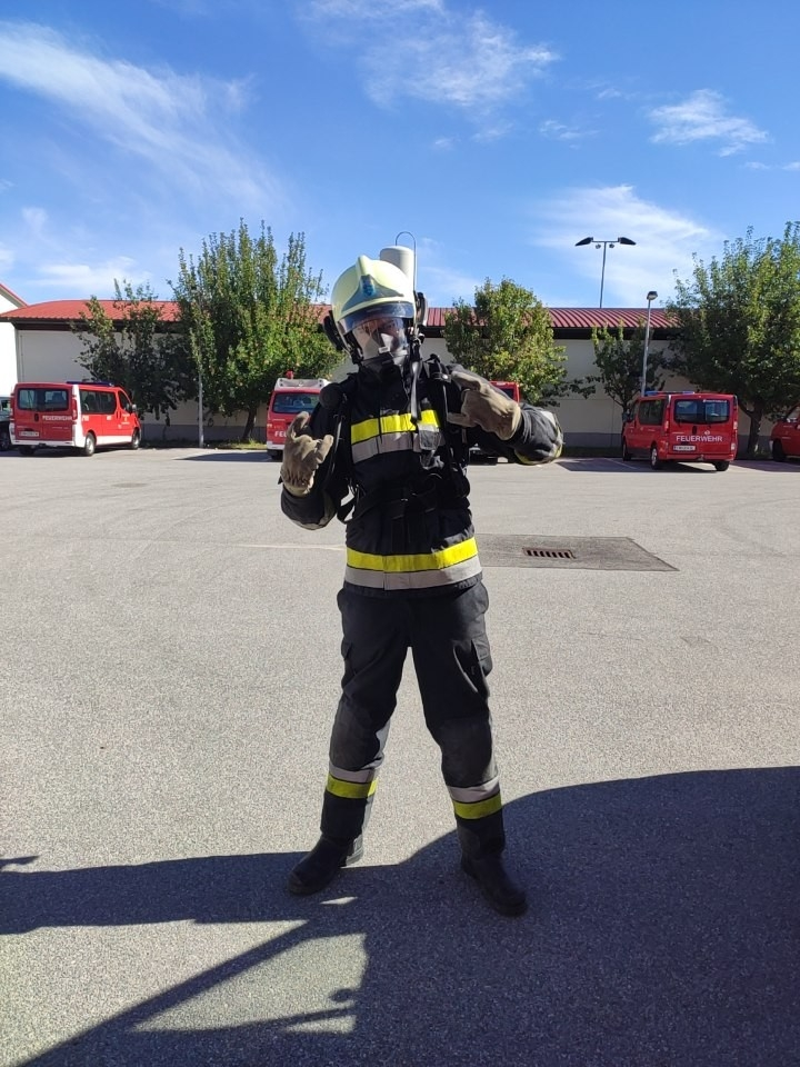 ⯑⯑⯑⯑⯑⯑⯑ Neuer Atemschutzgeräteträger ⯑⯑⯑⯑⯑⯑⯑Wir dürfen einen weiteren Atemschutzgeräteträger bei uns in der Feuerwehr willkommen heißen. Nach zwei Tagen Ausbildung hat FM Schweitzer Benedikt diese am 27. September erfolgreich abgeschlossen!